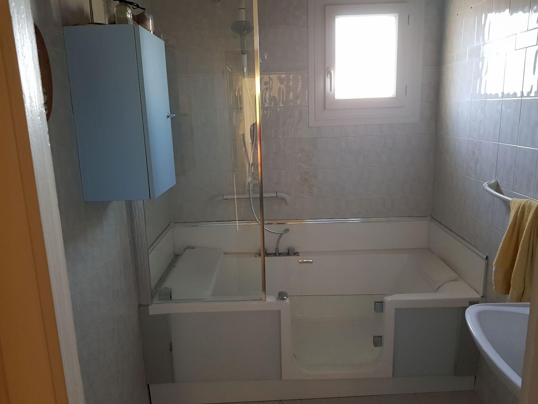 Remplacement d'une baignoire classique par une baignoire PMR